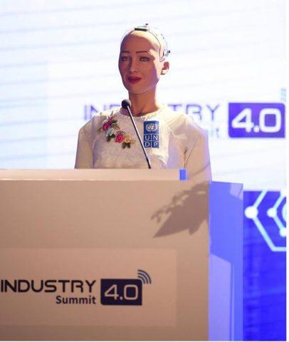 Sáng nay, công dân robot Sophia mặc áo dài nói chuyện về 4.0 ở Việt Nam